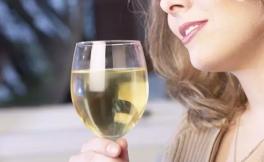 白葡萄酒的功效与作用!6大功效让你爱上白葡萄酒