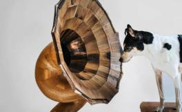 美国一家家具公司利用废旧酒桶制作木质喇叭扬声器