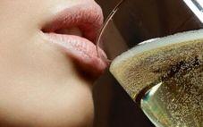 与其他起泡酒相比,香槟贵多了,这是为什么呢?