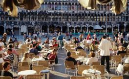 威尼斯餐馆宰客,只因游客点了牛排加葡萄酒