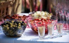 假日派对上最好的葡萄酒和开胃菜搭配