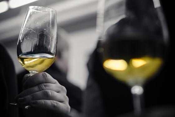 葡萄酒基础:观察白葡萄酒的外观